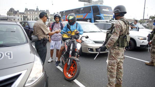 Como parte de las medidas impuestas por el Ejecutivo, las fuerzas del orden deben controlar el tránsito de personas