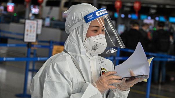 Trabajadora en un aeropuerto de Shangai, en China.