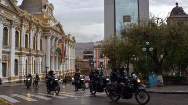 En Bolivia, efectivos patrullan las calles para hacer cumplir la cuarentena.