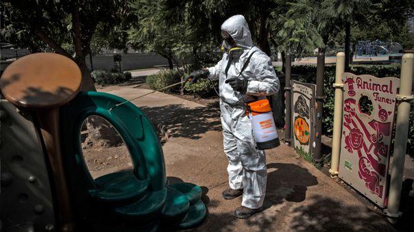 Trabajador desinfecta los juegos infantiles como medida preventiva ante el brote del nuevo coronavirus en Chile.