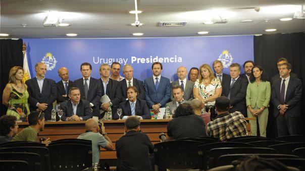 Presidente uruguayo Luis Lacalle Pou rodeado de su gabinete ministerial para dar informe sobre el avance del coronavirus en su país.