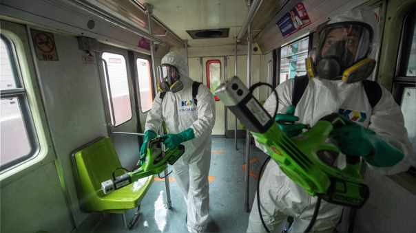 Trabajadores desinfectan el metro de Ciudad de México como medida preventiva ante el nuevo coronavirus.