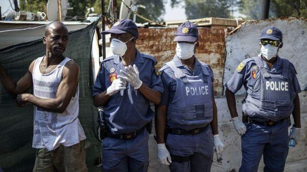 Policías con mascarillas es Sudáfrica