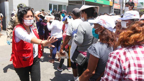 La viceministra de Prestaciones Sociales Patricia Balbuena supervisa la entrega del bono de 380 soles.