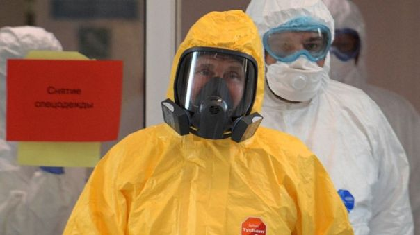 Vladímir Putin con un atuendo especial de protección en su visita a un hospital donde se trata a pacientes con coronavirus.