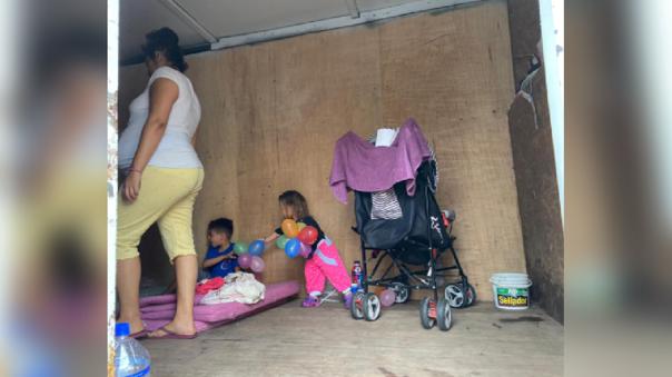Familia vive al interior de un camión de mudanza