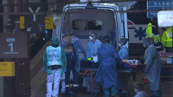 El personal médico de emergencia desembarca a un paciente de una ambulancia al lado de un tren de alta velocidad medicalizado en la estación de Estrasburgo, este de Francia, el 26 de marzo de 2020, cuando 20 pacientes afectados con COVID-19 son evacuados a hospitales en el Pays-Dede región del Loira.