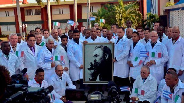 Médicos cubanos antes de partir a Italia