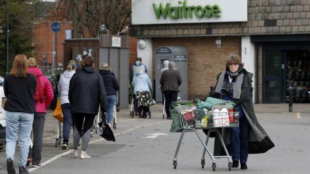 Ciudadanos británicos de compras en medio del confinamiento ordenado por el coronavirus.