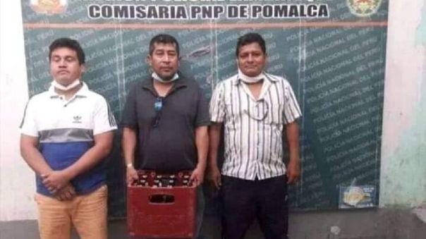 Detenidos posan con su caja de cerveza