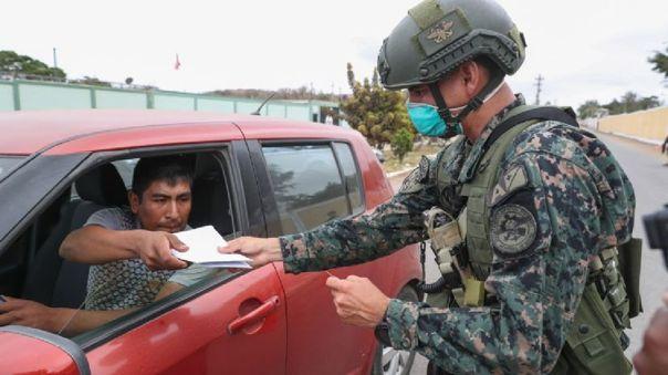 El pase especial es requerido por los policías y militares que patrullan las calles durante el estado de emergencia