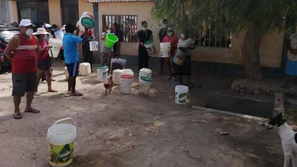 Vecinos salen a cargar agua, pero temen ser detenidos por la cuarentena
