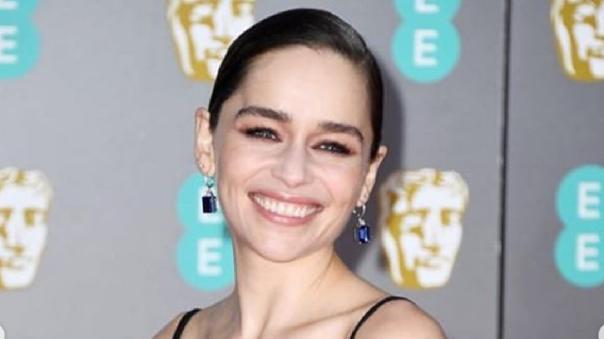 """Emilia Clarke ofrece una """"cena"""" para recaudar donaciones"""