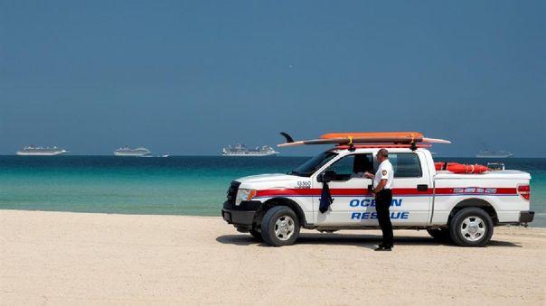 Las playas de Miami lucen vacías y con resguardo policial.