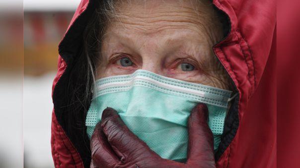 Una mujer usa una mascarilla protectora, uno de los productos que más escasea en el mercado.