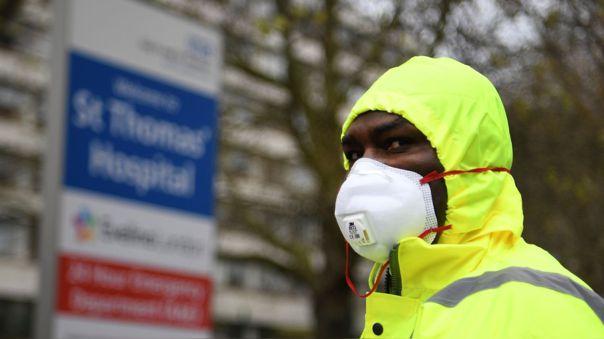Un guardia de seguridad afuera del hospital de Santo Tomás en Londres, capital del Reino Unido.