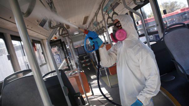 Un trabajador desinfecta un bus del servicio público de transporte en Santiago, capital de Chile.