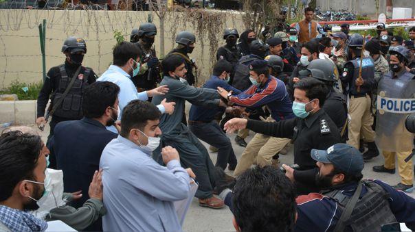 Las televisiones paquistaníes emitieron imágenes de policías golpeando con porras al personal sanitario, reduciéndolos a la fuerza y metiéndolos en furgonetas policiales.
