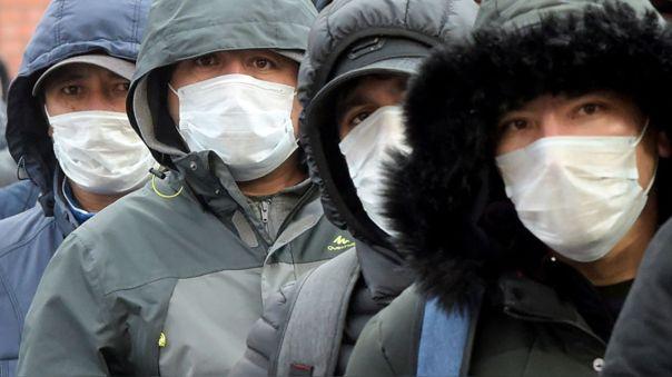 Hombre con mascarillas en San Petesburgo, Rusia.