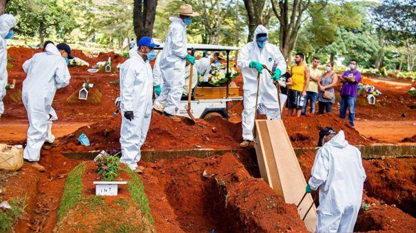 Empleados de una funeraria entierran a una víctima de la COVID-19 en el cementeario Vila Formosa, en la zona este de Sao Paulo. Este cementerio es es el más grande de América Latina.