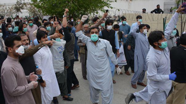 Los médicos protestaban por falta de material de protección para hacer frente al nuevo coronavirus en los hospitales de Quetta, en el sur de Pakistán.