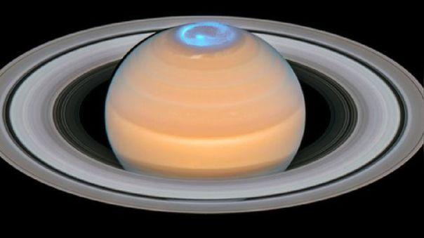 Saturno coronado por una aurora