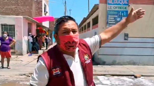 El alcalde Moche se mostró indignado por el comportamiento de su población en un mercado local.