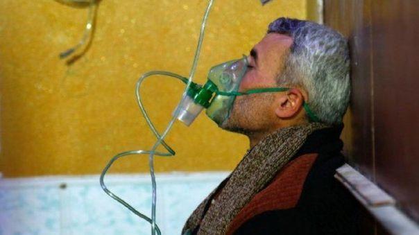 Un hombre es asistido con oxígeno tras ataque químico en Siria