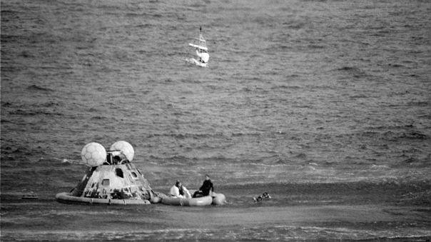 Los tripulantes del Apolo 13 son rescatados en el Océano Pacífico.