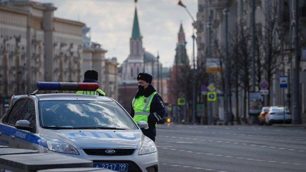 Policías en una de las principales calles de Moscú