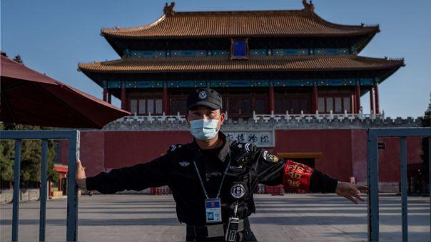 Una guardia de seguridad con mascarilla en la Ciudad Prohibida, en Pekín, capital de China.