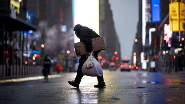 Un hombre camina por un Times Square desierto por la cuarentena en la ciudad de Nueva York.