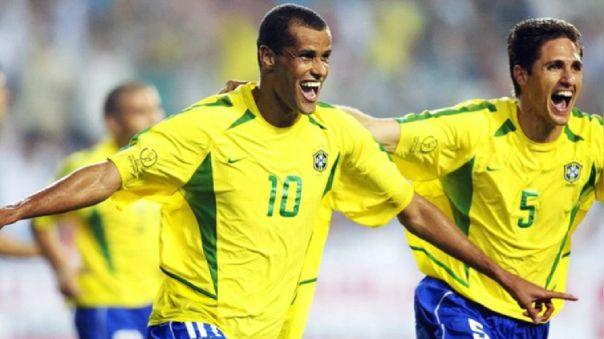 Rivaldo celebrando un gol con la Selección Brasileña