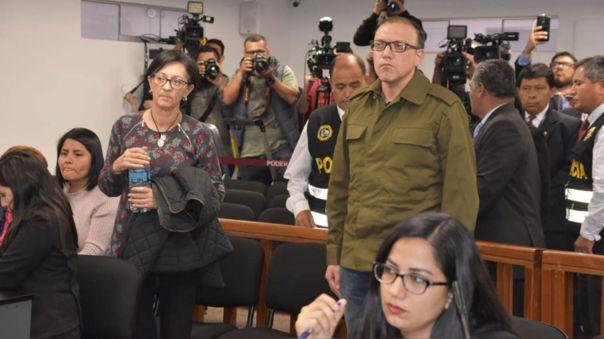 Pier Figari,  de pie con el chaleco verde, durante una audiencia ante el juez RIchar Concepción Carhuancho,