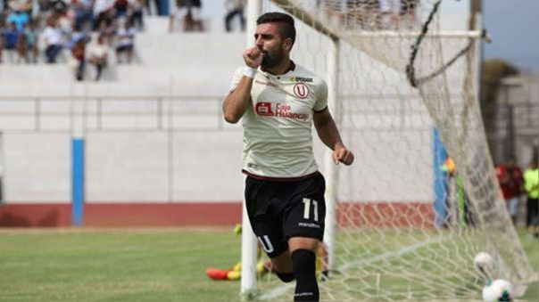 Luis Urruti celebrando un gol con la camiseta de Universitario de Deportes