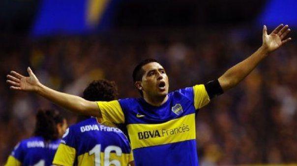 Juan Román Riquelme celebrando un gol con la camiseta de Boca Juniors