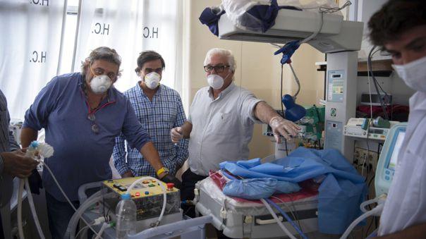 El doctor Roberto Canaessa con el modelo del ventilador que ha desarrollado para colaborar con la lucha contra el coronavirus en Uruguay.