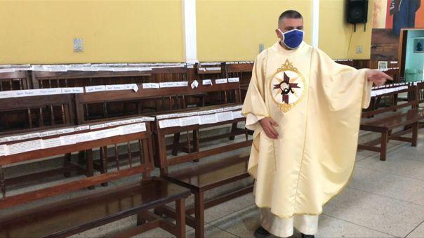 El padre Ricardo oficia su misa dominical con sus fieles presentes.