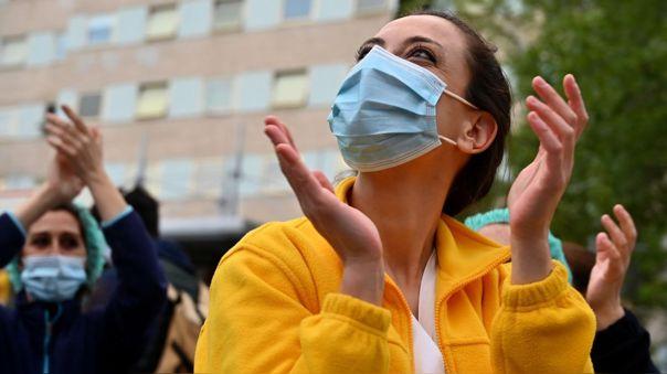 Trabajadores de salud aplauden en reacción a las muestras de apoyo afuera del hospital Gregorio Maranon en Madrid.