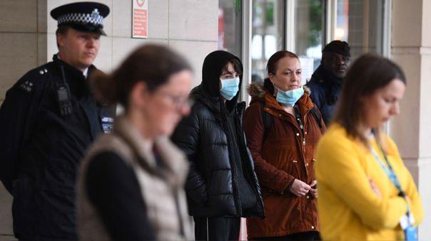 Británicos durante un minuto de silencio en honor a los trabajadores de salud fallecidos por el coronavirus.