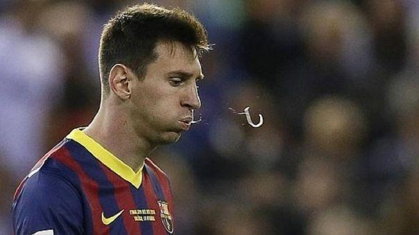 Lionel Messi escupiendo durante un partido con el FC Barcelona