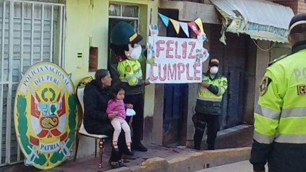 Policía canta a niños