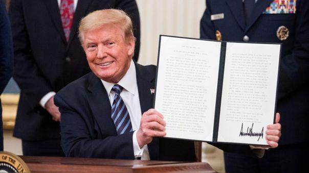 Donald Trump luego de firmar un decreto que declara a mayo como el