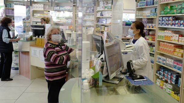 Una farmacia en la ciuda de Niza, en Francia, uno de los países que se prepara para levantar su confinamiento.