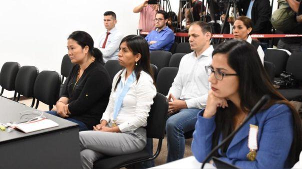 Keiko Fujimori el día que se dictó su segunda orden de prisión preventiva. A su costado, su abogada, Giulliana Loza, y detrás de ambas está su esposo, Mark Vito Vilanella.