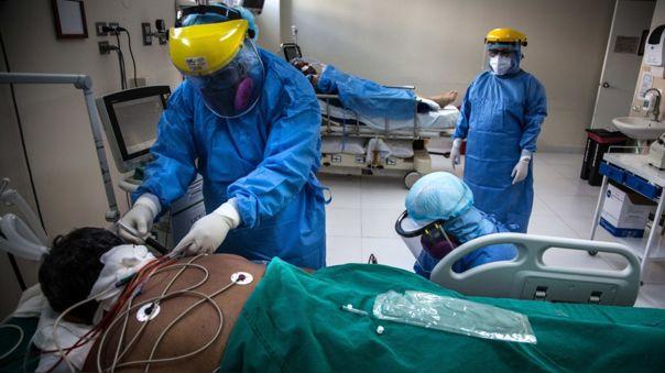 Trabajadores de salud atienen a un paciente con la COVID-19 en el Hospital Sabogal de El Callao.