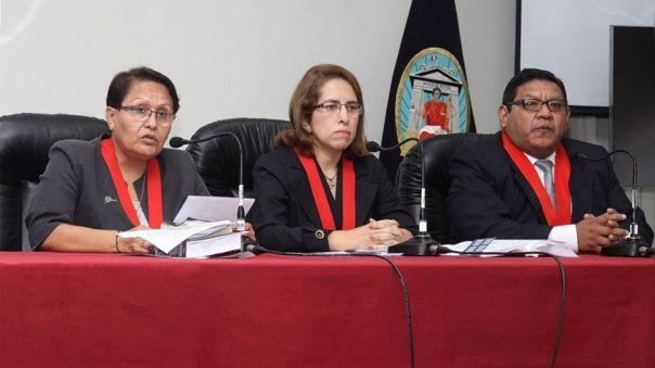 De izquierda a derecha: La juez Inés Villa Bonilla, presidenta de la Corte Superior Nacional de Justicia Penal Especializada, junto a los jueces Sonia Torre y Rómulo Carcausto, dos de los miembros de la sala que liberó a Keiko Fujimori.