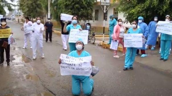 Enfermeras se arrodillaron en la puerta del hospital para pedir apoyo