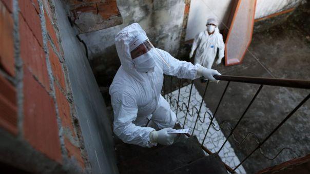 Trabajadores recogen el cadáver de una persona sospechosa de haber fallecido por coronavirus en Manaos, capital del estado brasileño de Amazonas.