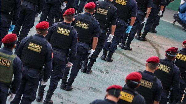 Policías durante el estado de emergencia